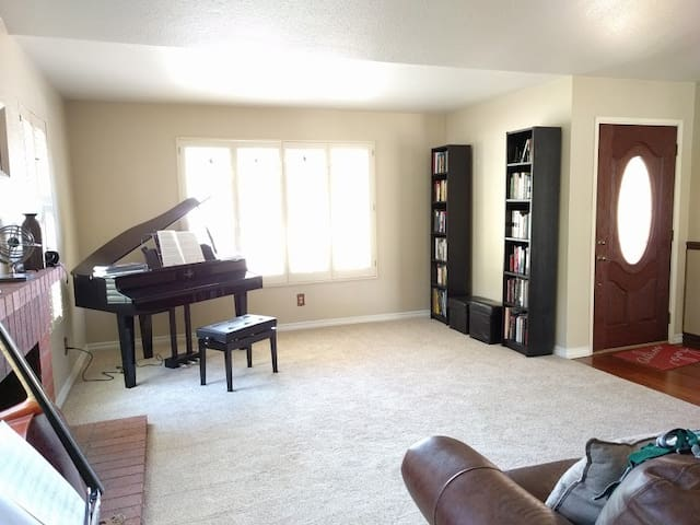 3BR/2BA HOME WITH PIANO, GYM, & GORGEOUS YARD - Escondido - Hus