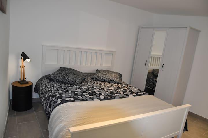 Chambre lit 160cm+penderie+clim