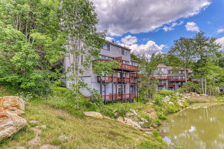 Tri-level Sugar Mountain townhouse next to slopes w/open floor plan & balcony