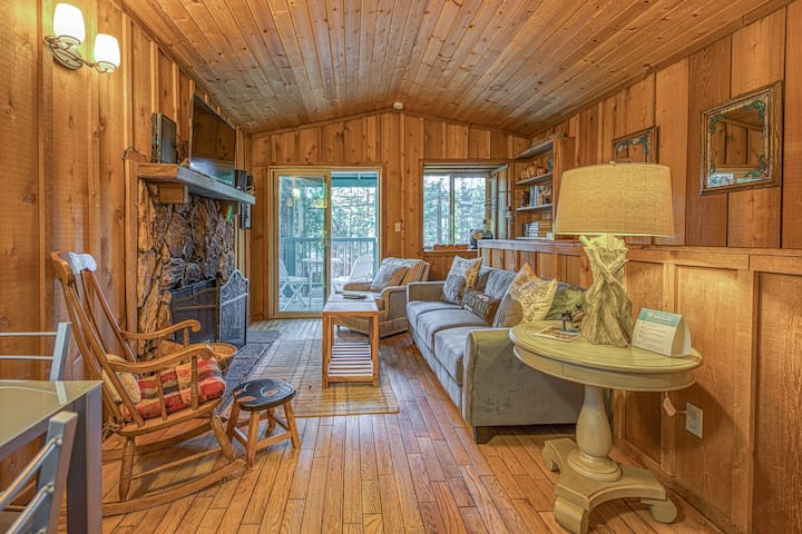 Cozy dog-friendly cabin near shops, restaurants, lake & skiing