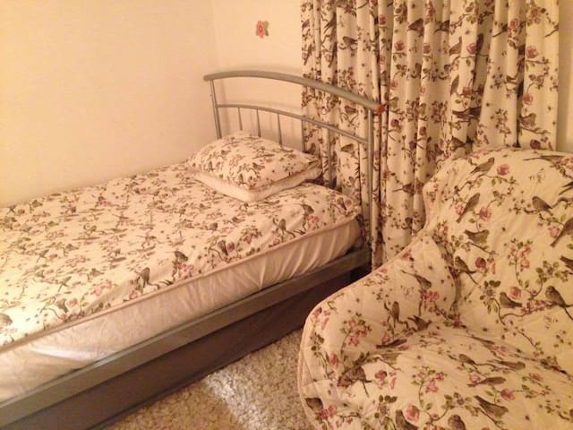 Room with double bed, sofa and desk - no frills. - Oxford - Maison