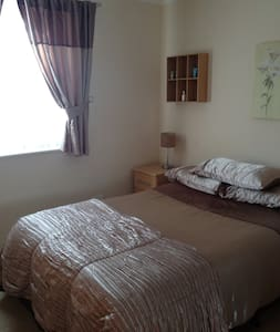 Light and Sunny double room - Woking - 獨棟