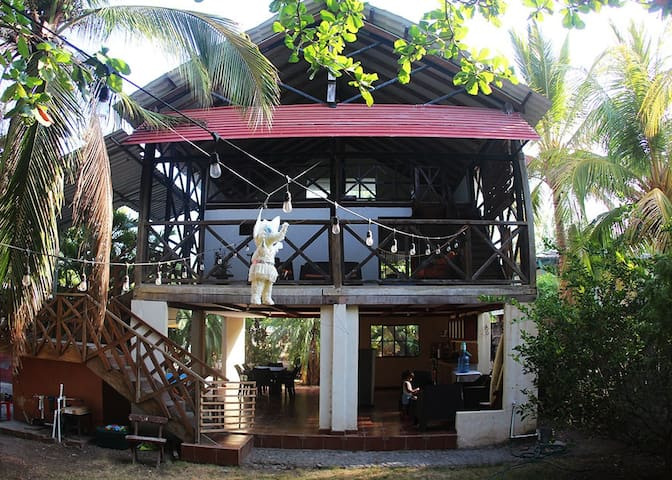 Tina's Surf House / Hostal in La Libertad
