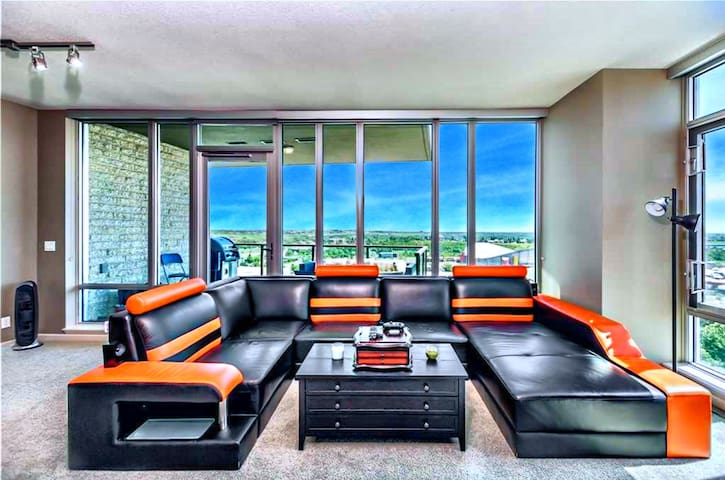 Executive Suite Downtown | Free Parking | Hot Tub