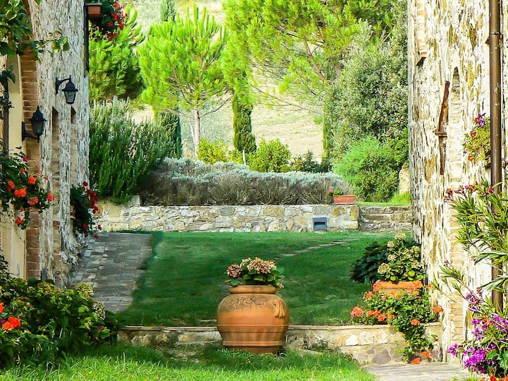 Tuscan villa & pool: immersed in Tuscan nature
