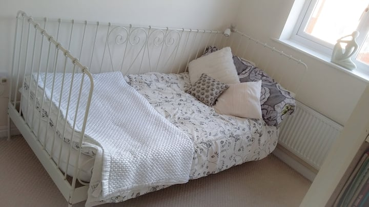 Bright Single room, near Liverpool JL Airport