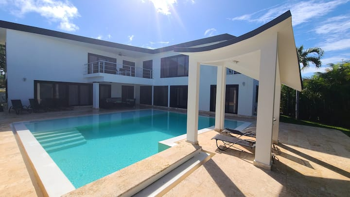 Modern & private 4 bedroom villa w/ infinity pool