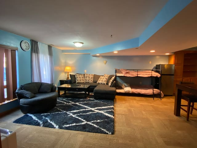 Private Basement Apt close to restaurants/shopping