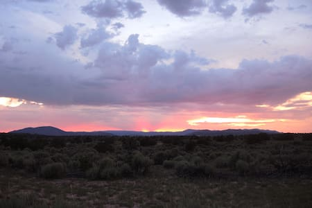 Sunsets and Solitude near Ojo Caliente Spa - Ojo Caliente - Hytte