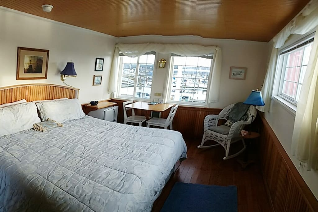 Luxury King Bed - with a panoramic view of the magnificent Yaquina Bay Bridge; watch the sea lions and seals swim by!