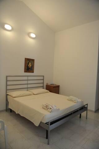 Camere matrimoniali con bagno indipendente e possibilità aggiunta letto singolo o a castello.