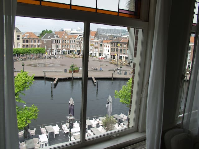 Canalhouse apartment in the center of Leiden