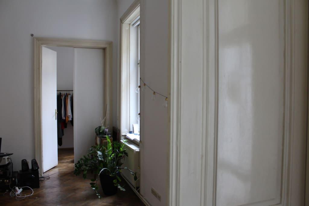 Das Zimmer geht vom Wohnzimmer ab