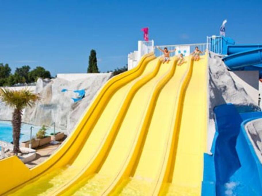 Nombreux toboggans et bassins chauffés intérieur et extérieur, jaccuzi, pataugeoire, splash zone, bains de soleil...