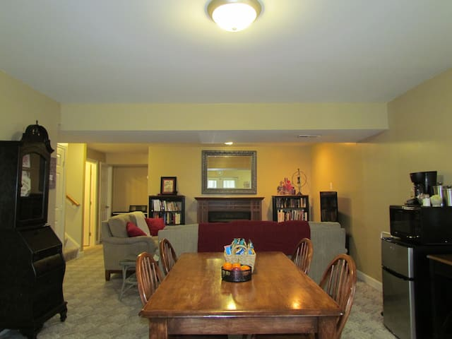 Cozy, private basement suite minutes from downtown - Frederick - Ev