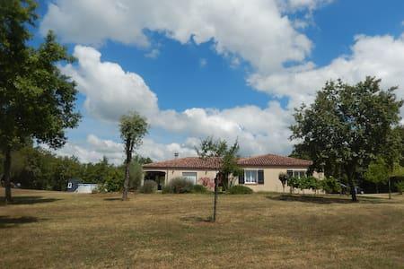 Villa spacieuse sur grand terrain avec piscine - Crayssac