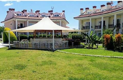 Fethiye Oasis tatil köyünde 2+1 bahçe katı daire
