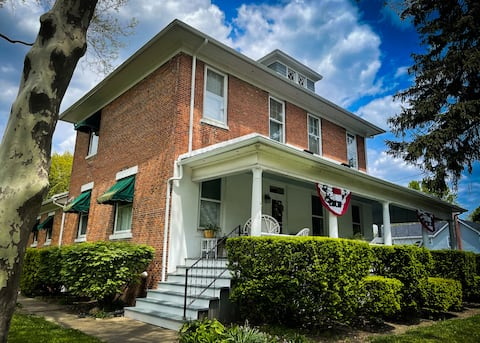 Updated 1890's Private 2BR Suite-Stunning Porch!
