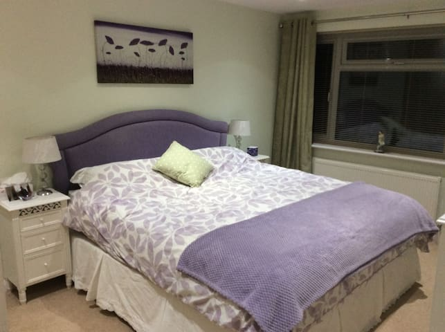 Esher double room + single room + own bathroom - Esher - Hus