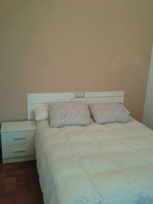 cama de matrimonio de 1.35, habitacion con terraza