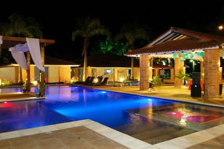Alquilo Hacienda de lujo las Marias - Restrepo  - Hytte