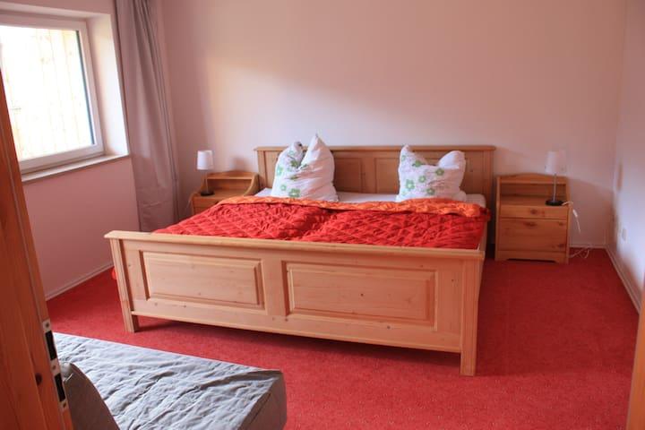 Schlafzimmer mit 2mx2m Bett und Schlafsofa (ebenfalls Schlafkomfort eines vollwertigen Bettes)