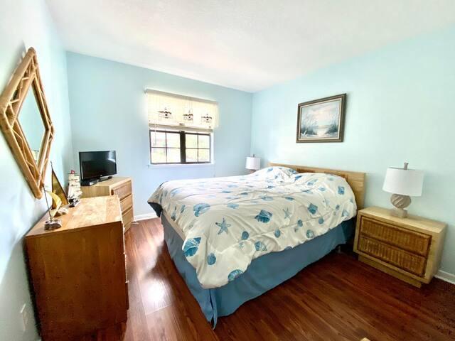 Guest Bedroom- Queen Bed