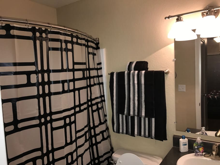Second bathroom. Towels, shampoo and conditioner included.