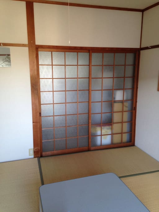 Tatami is being laid out now.畳に敷き変えました。