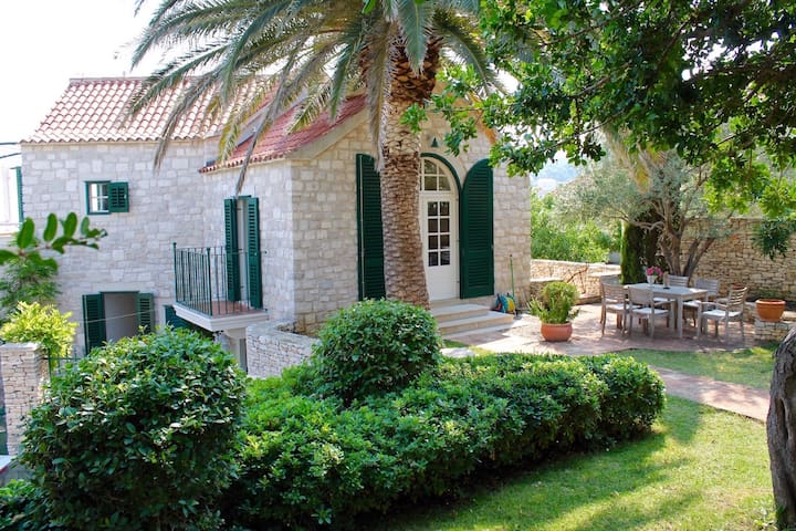 Renewed Stylish Villa With Garden And Sea-view