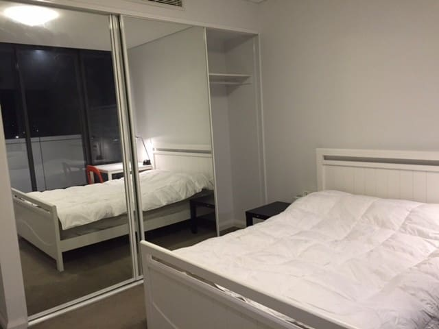 20 min to city! Own bathroom & wifi & much more... - Kingsgrove