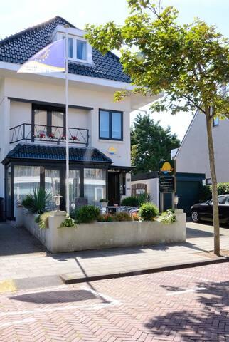 Pension Villa Tanahlot - Zandvoort - Bed & Breakfast