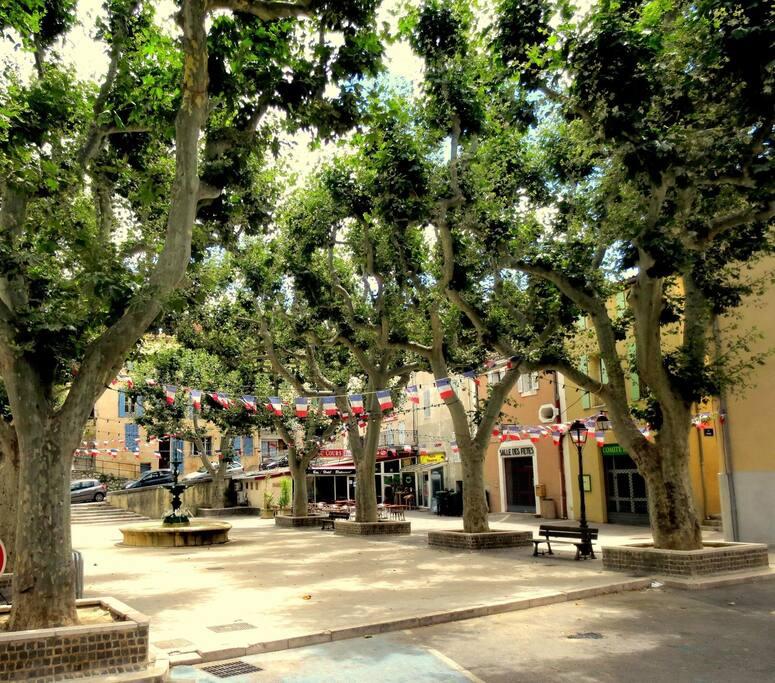 place du village typique de provence avec commerces accessibles à pieds