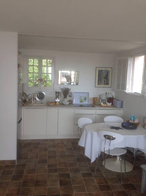 Côté cuisine - salle à manger  (neuve)tous équipements : frigo/congélateur, lave vaisselle, micro onde et four , rangements