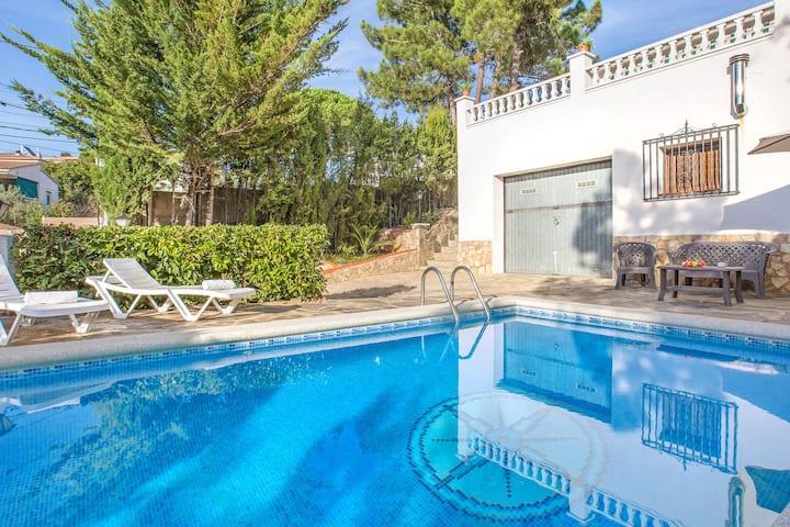Bella casa vacanze con piscina privata in una posizione tranquilla a 8,5 km da Lloret de Mar