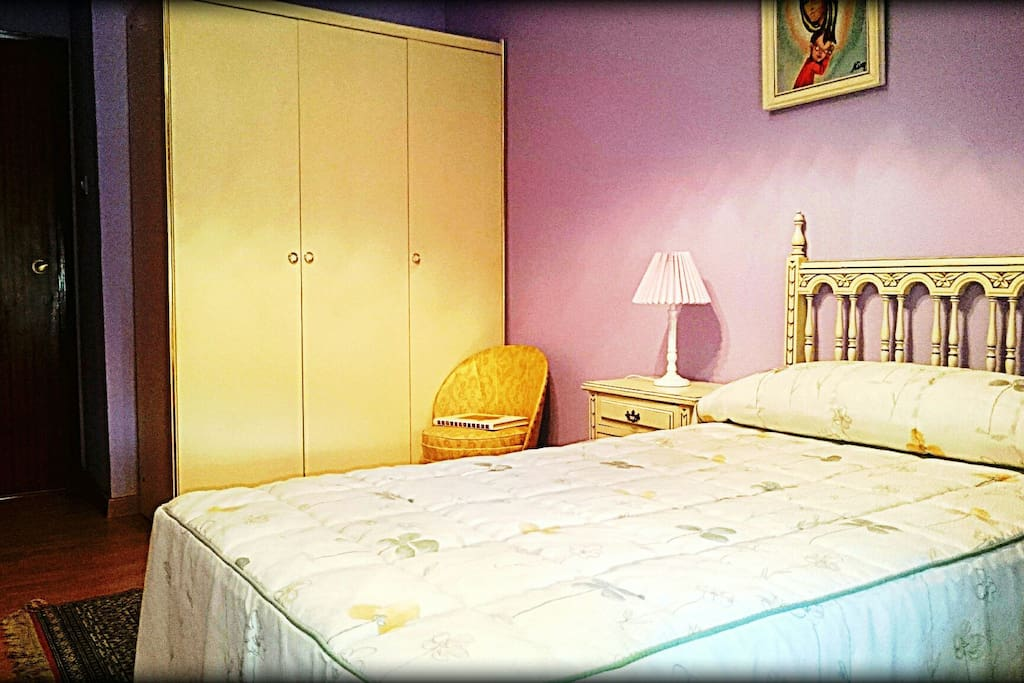 Habitación con una cama, pero con posibilidad de poner otra.