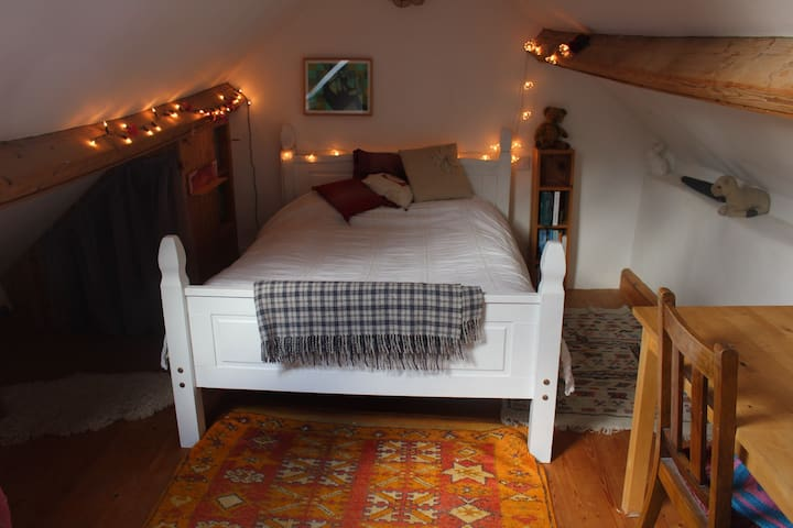 Cosy attic room in countryside cottage - Stroud - Ház