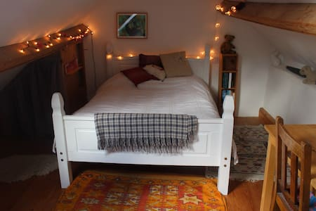 Cosy attic room in countryside cottage - House