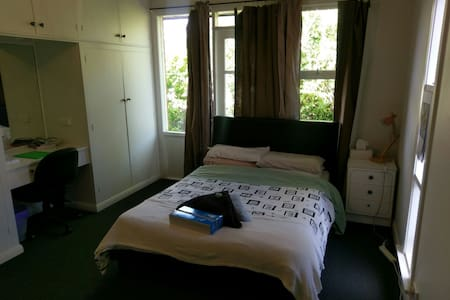 Large, quiet double bedroom - Trevallyn
