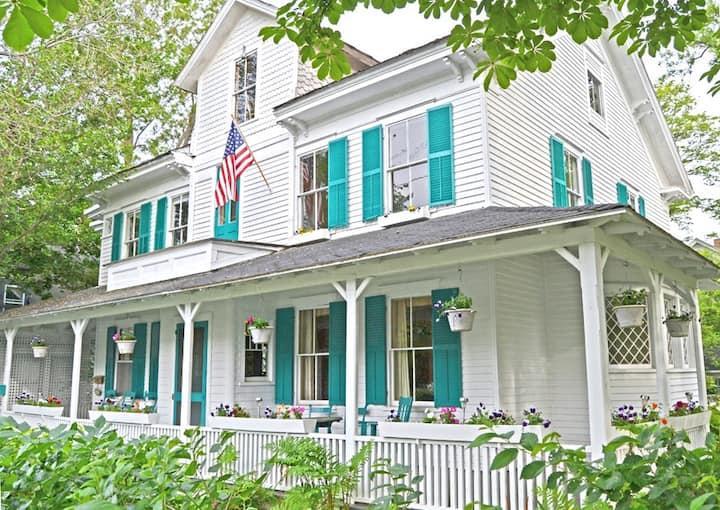 Petunia Cottage: Large Victorian in Bar Harbor