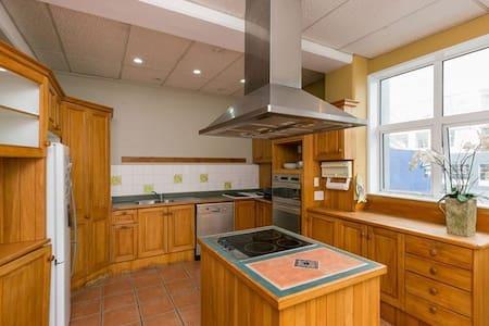 Inner-city apartment - Wellington - Pis