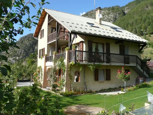 Apartment with wonderful mountain view - Saint-Crepin - Apartmen