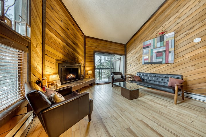 Cozy ski chalet in a great location next to Navajo - family-friendly!