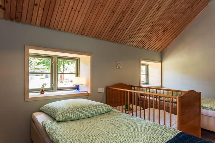 Schlafzimmer 2 Doppel oder Einzelbetten, optional Kinderbett