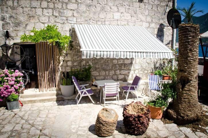 Minimaus stone house Perast