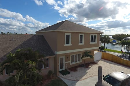 ISLAND HOME WITH RIVER VIEWS ON HUTCHINSON ISLAND - Jensen Beach - Hus