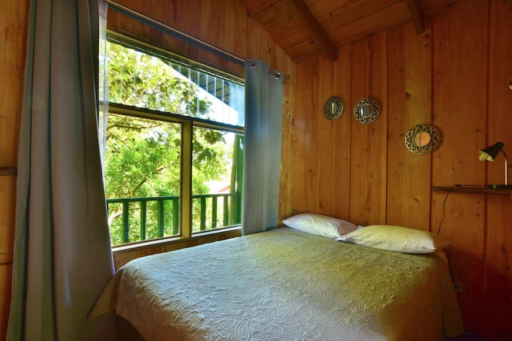Tree House guest house (upstairs) 50mbps WIFI