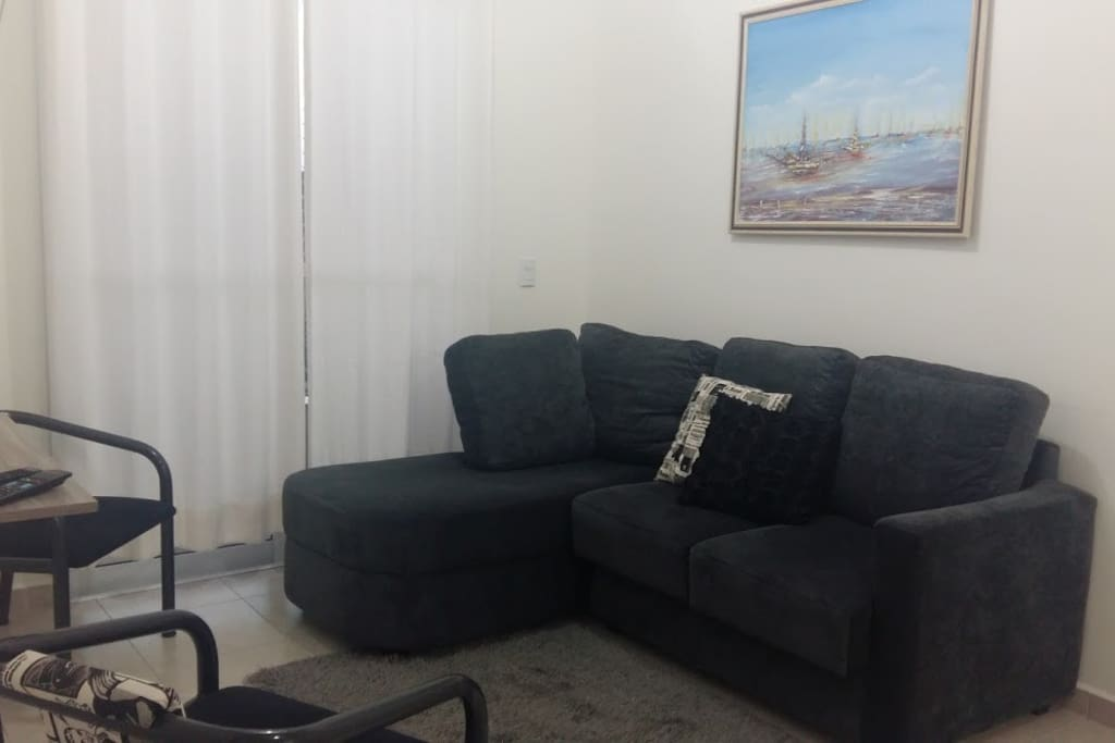 sala com sacada, espaço bastante confortável