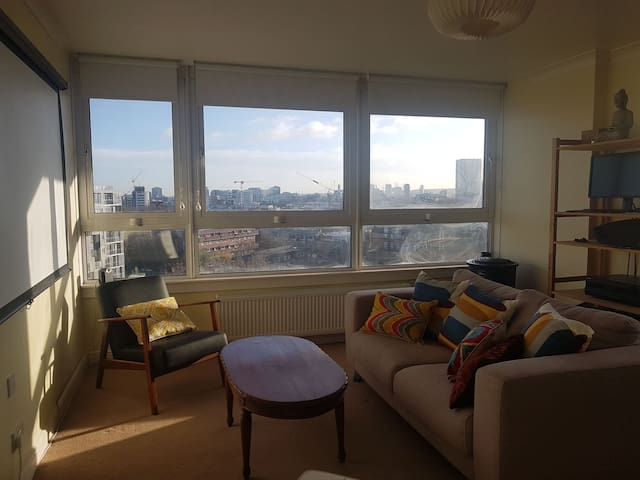 Spacious, bright 2 bed flat in Limehouse.