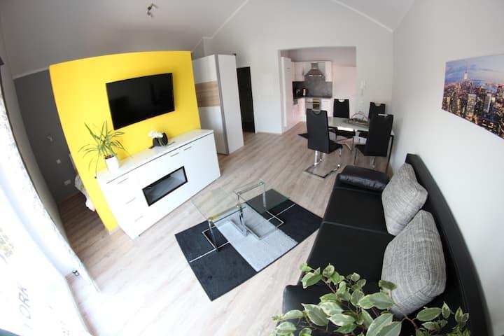 Modernes Ein-Zimmer-Apartment mit Balkon